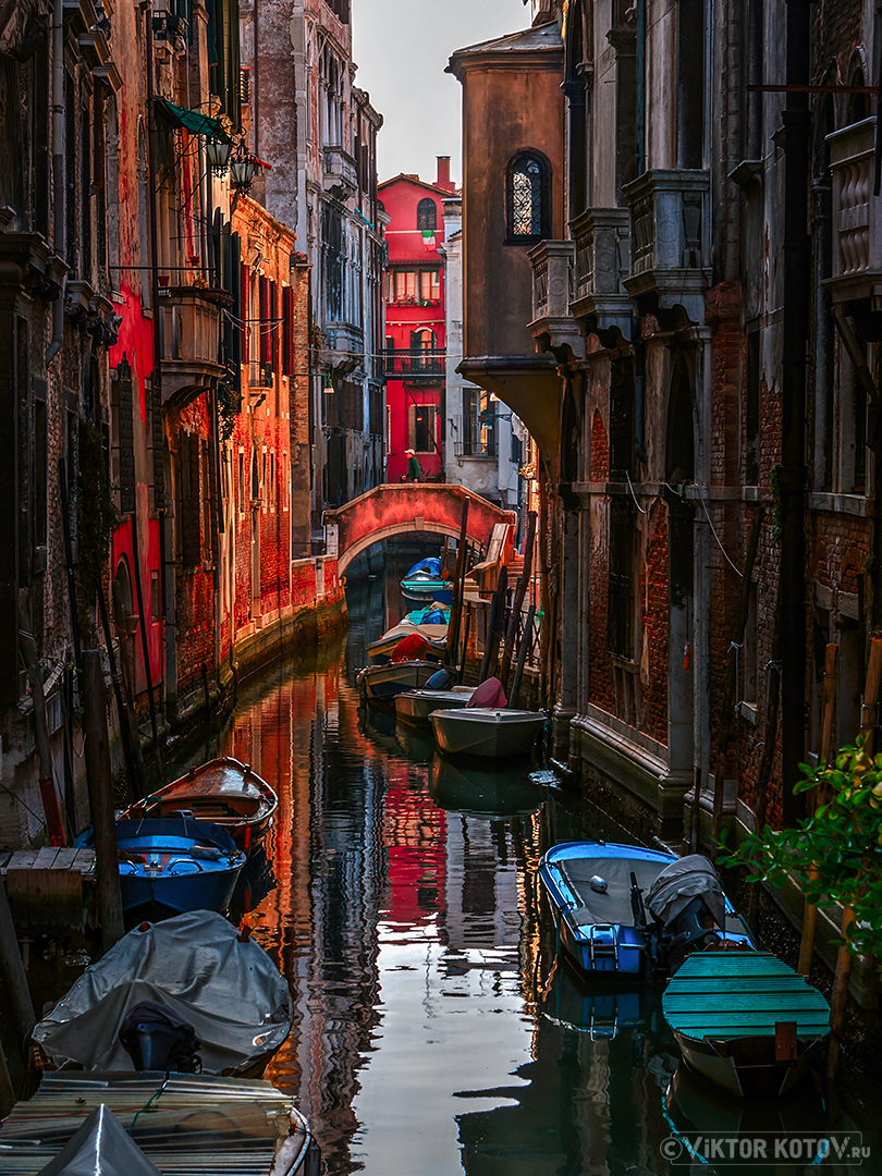 venezia-boat-reflections